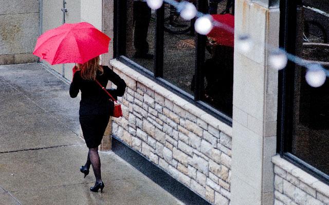 傘をさす人