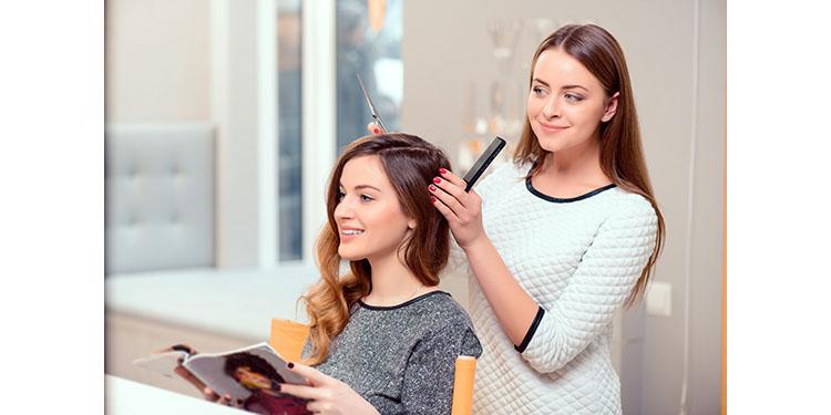 目指すはカリスマ美容師!アシスタントとスタイリストの違いとは?
