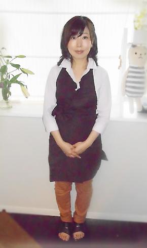東 佳代子さん全身